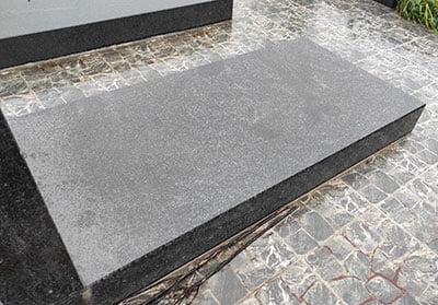 Надгробие из габбро